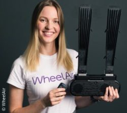 Foto: Corien Staels hält das WheelAir-System in der Hand; Copyright: WheelAir