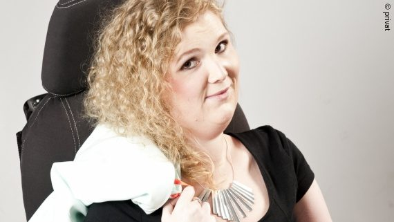 Photo: a young woman with blonde curls is smiling towards the camera – Janine Kolbig; Copyright: privat