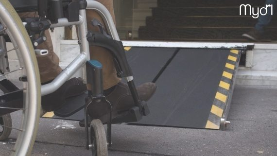 Photo: Close-up of a wheelchair user in front of a Myd'l ramp; Copyright: Myd'l