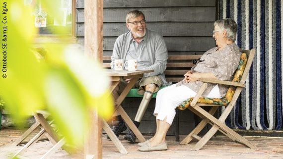 Foto: Ein älteres Ehepaar in ihrem Garten. Der Mann seine Prothese mit dem neuen Kenevo Kniegelenk; Copyright: Ottobock SE & Co. KgAa