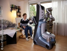 Foto: Patientin mit Care-O-bot