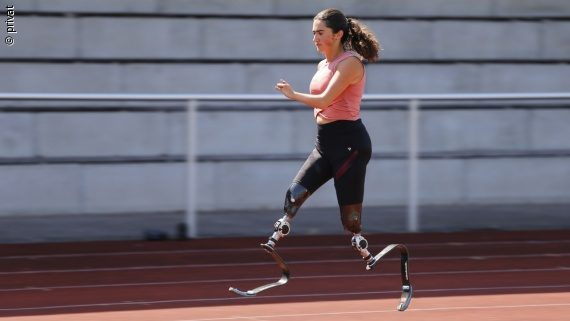 Photo: a girl with two leg prostheses on a track – Julia Porzelt; Copyright: private