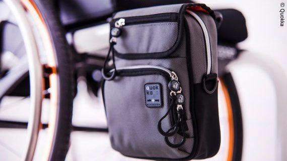 Foto: Die Quokka Bag an einem Rollstuhl; Copyright: Quokka