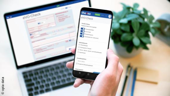 Foto: Ein Laptopbildschirm, auf dem eine ärztliche Verordnung aufgerufen ist. Dazu ein Smartphonescreen mit dem eVO-Check Prüftool darauf;  Copyright: opta data
