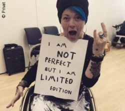 "Foto: Helle-Viv Helle mit Plakat ""I am not perfect, but I am limited edition""; Copyright: privat"