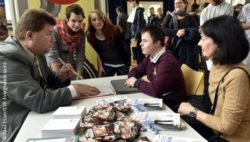 Foto: Schüler und potentieller Arbeitgeber beim Job-Speed-Dating in Köln; Copyright: Paul Esser/LVR-Integrationsamt
