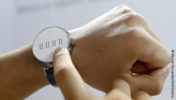 Foto: Braille-Smartwatch; Copyright: Messe Düsseldorf/ctillmann