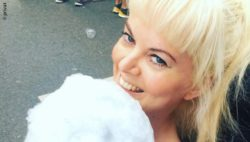 Foto: Katja Alekseev mit einer Portion Zuckerwatte; Copyright: privat