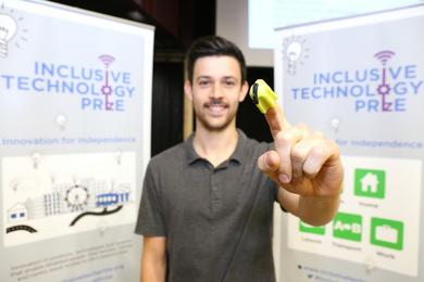 Simon (Director) zeigt Nimble auf dem Inclusive Technology Prize Finalists Event.