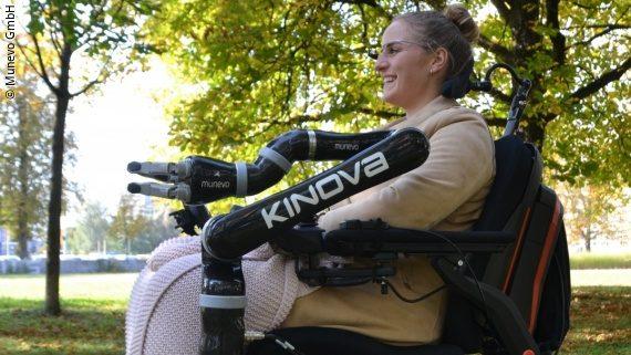 Foto: eine junge Frau sitzt in einem elektrischen Rollstuhl und trägt eine Brille; Copyright: Munevo GmbH