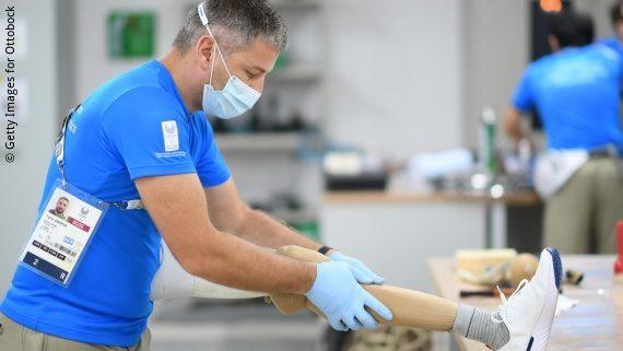 Foto: ein Techniker von Ottobock arbeitet an einer Beinprothese; Copyright: Getty Images for Ottobock