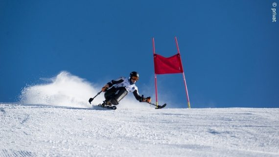 Photo: A young man – Georg Kreiter – skiing down the snowy slope in a monoski; Copyright: private