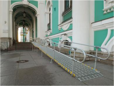Roll-A-Ramp vor dem Hermitage-Museum in St. Petersburg