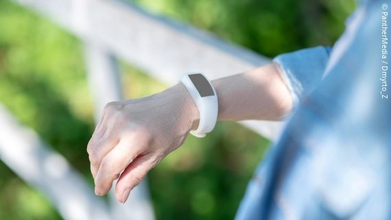 Photo: a person wearing a digital stepcounter on the wrist; Copyright: PantherMedia / Dmyrto_Z