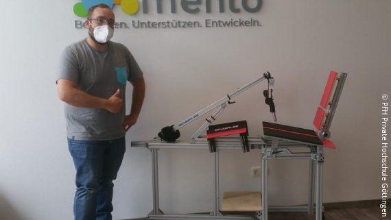 Foto: ein Mann mit einem Prototypen eines elektrischen Handbikes; Copyright: PFH Private Hochschule Göttingen
