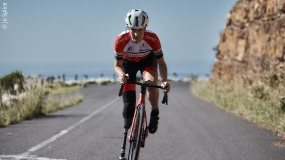 Foto: eine Frau in rotem Trikot auf einem Fahrrad – Denise Schindler; Copyright: Jo Splice
